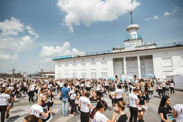 Рекорд Украины «Самое массовое окрашивание бровей на одной локации»